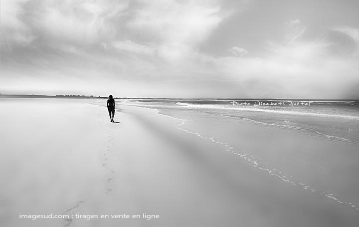 Minimalist black and white : beach and sea