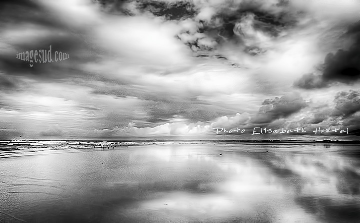 Seascape : glowing beach at low tide, bw sea photography