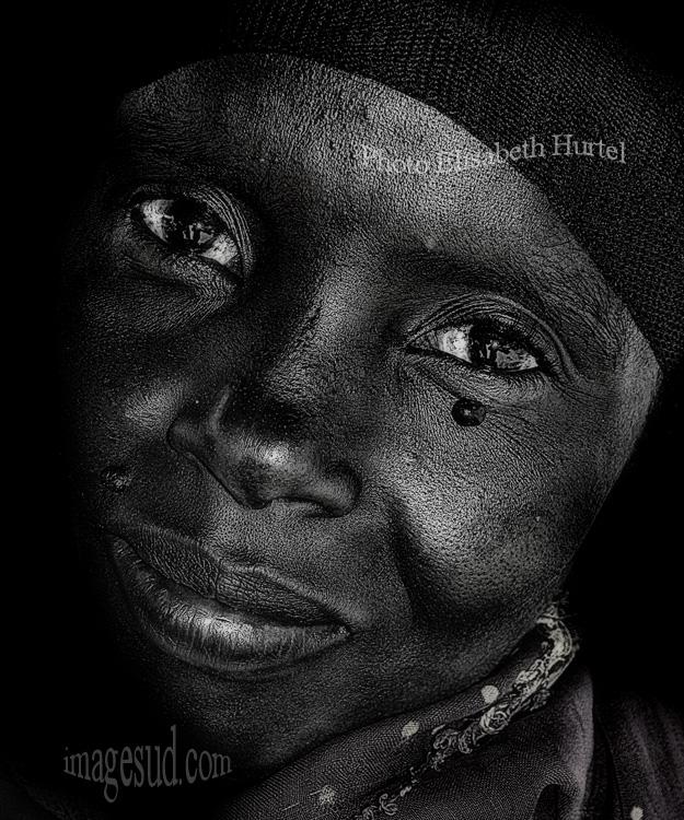 Retrato de una bella mujer de Africa, foto blanco y negro
