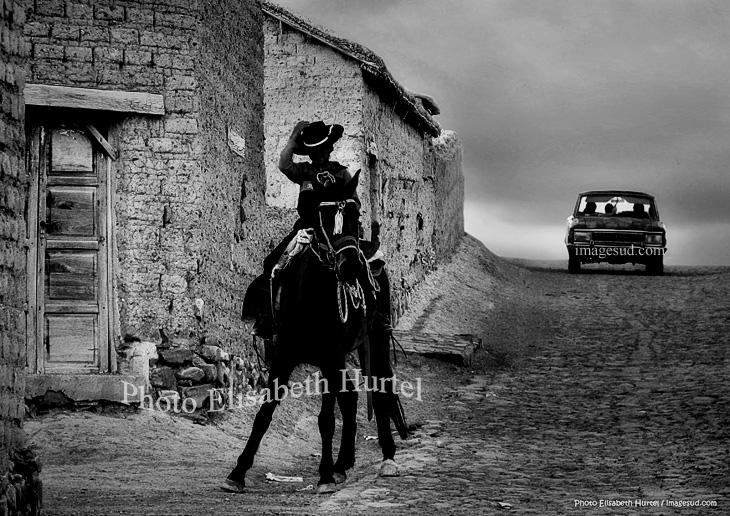 Ambiante de Argentina, saludo de un joven gaucho, foto en blanco y negro