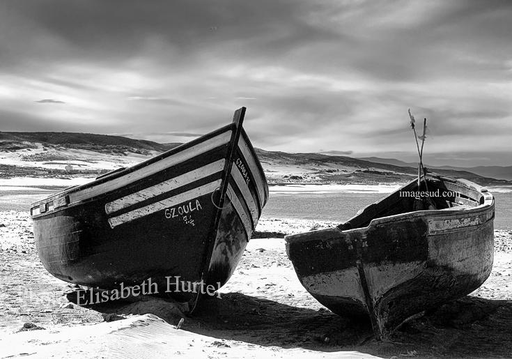 Barcas de pesca en la playa, foto de mar en blanco y negro