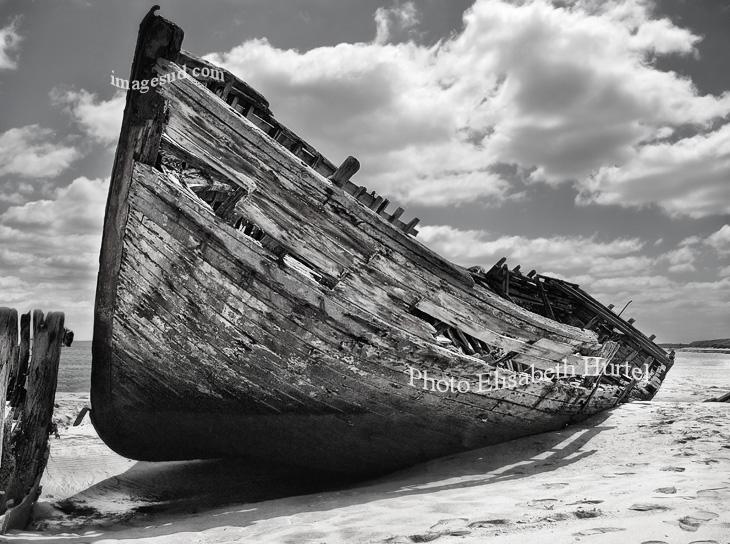 Los restos de un viejo barco de pesca, imagen en blanco y negro.