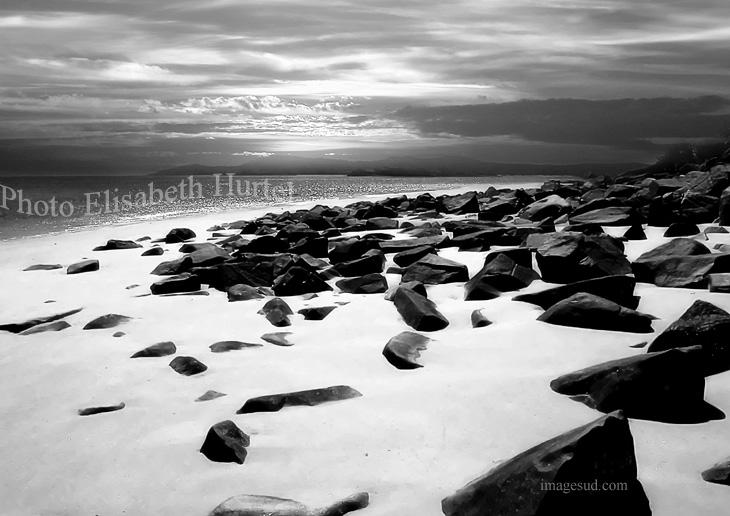 Playa, arena blanca y rocas negras, paisaje marino en blaco y negro