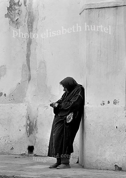 Solicitando limosna, mendiga, escena de calle en blanco y negro