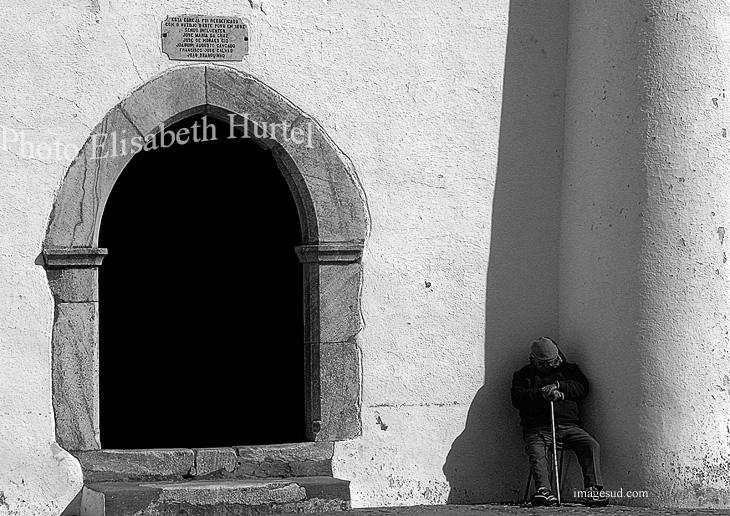 A la hora de la siesta, Portugal, escena de calle en blanco y negro