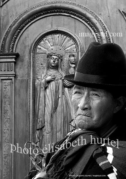 A la salida de la misa, Quito, Ecuador, fotografia en blanco y negro