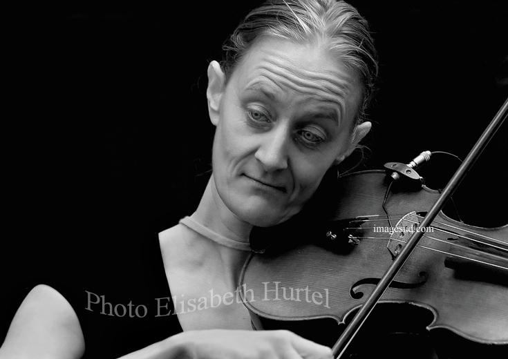 La violinista, retrato en blanco y negro