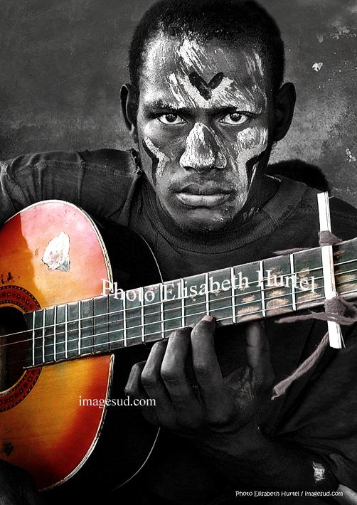 El guitarrista, joven de Oceania
