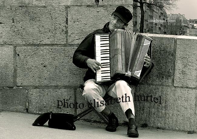 Paris en blanco y negro, acordeonista de calle