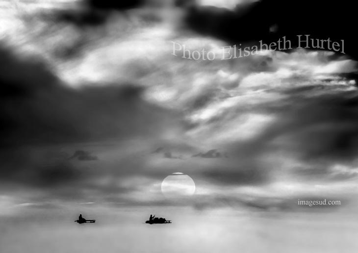 En una laguna de Oceania, al caer el sol , paisaje marino en blanco y negro