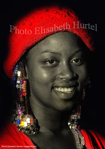 Bella joven antillana, retrato en blanco y negro y rojo