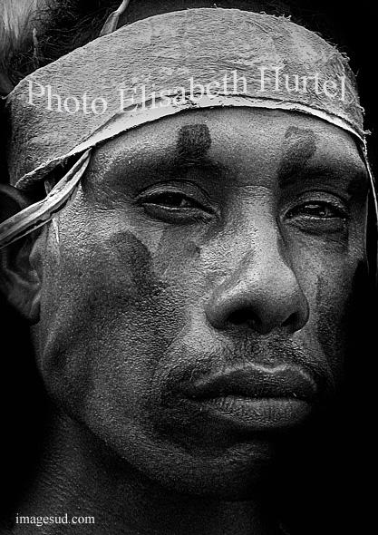 Guerrero de Papua-Nueva-Guinea, retrato en blanco y negro