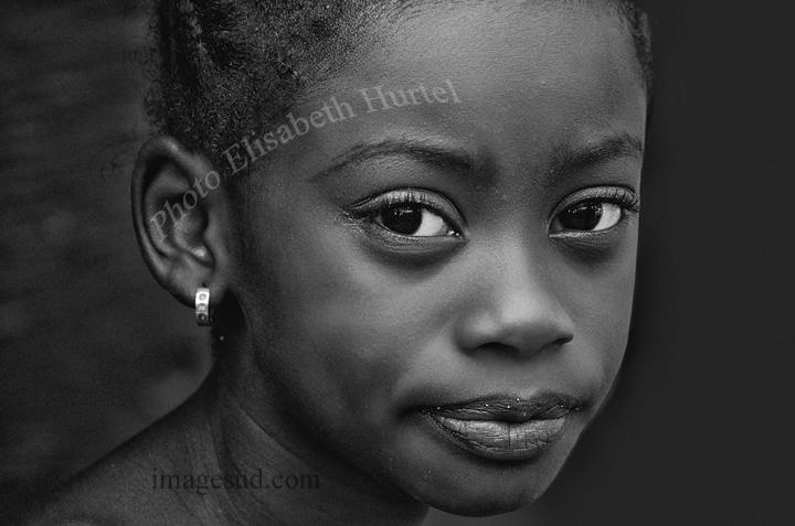 Nina africana, retrato en blanco y negro