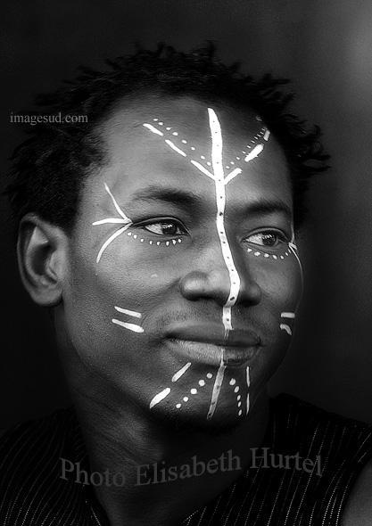 Retrato de un joven africano, en blanco y negro