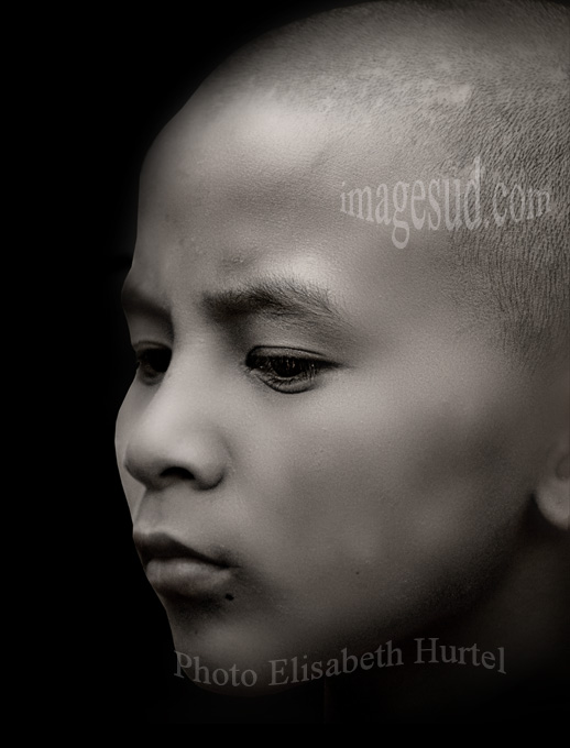 Retrato de un joven monje tibetano, foto blanco y negro