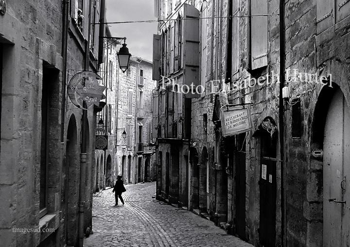 Calle de una aldea, al sur de Francia, foto en blanco y negro