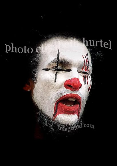 Clown triste, retrato en blanco y negro y rojo
