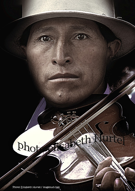 Indio de los Andes tocando violin