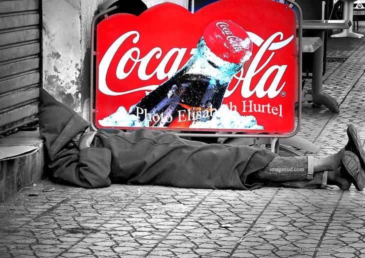 Coca cola, fotografia insolita en blanco y negro y rojo
