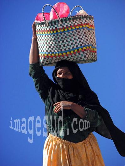 Une femme du Maroc potant son sac sur la tête