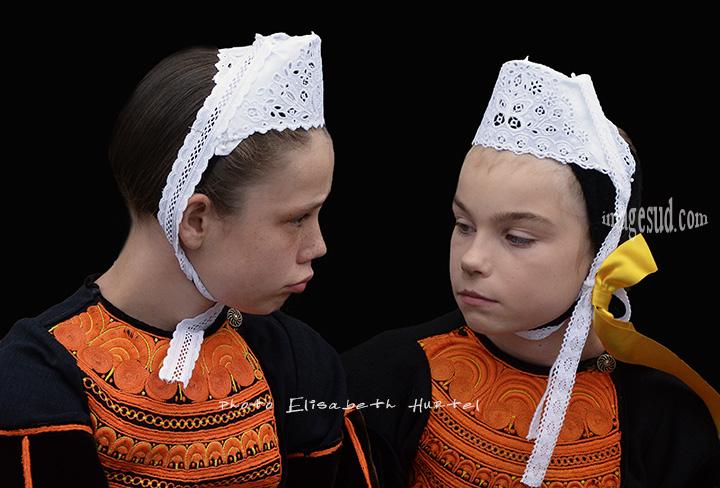 Enfants en coiffe bretonne en Bretagne
