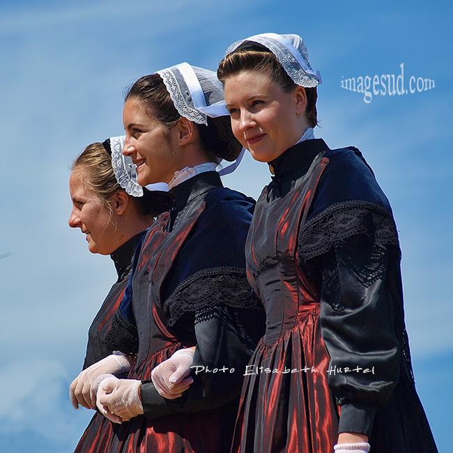 Jeunes filles en coiffe bretonne