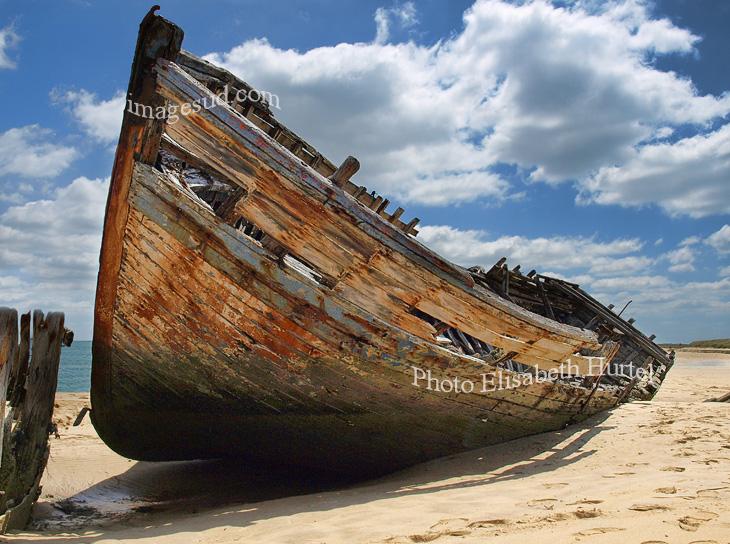 Vieux bateau échoué sur une plage