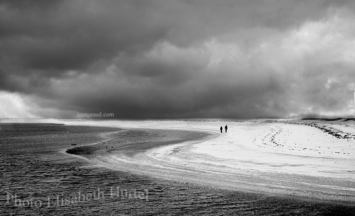 Photo noir et blanc de plage avec orage