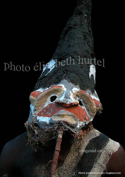 Indigène d'Océanie portant un masque rituel, cérémonie coutumière au Vanuatu