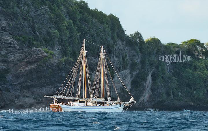 Bateaux traditionnels en bois : goélette de charge antillaise. West-Indian schooner