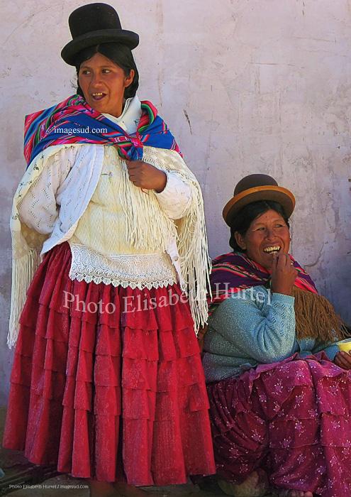Femmes Aymara en habits traditionnels, scène de rue en Bolivie