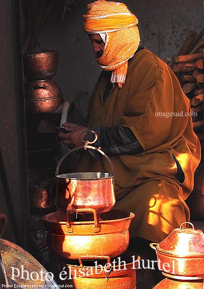 Clair obscur : artisan au Maroc, cuivre, photo d'art