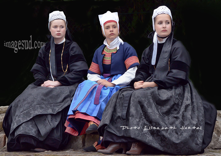Femmes en costume traditionnel de Bretagne