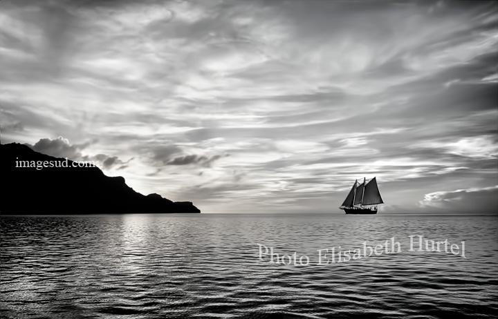 La goélette entre au port, photographie d'art, paysage marin
