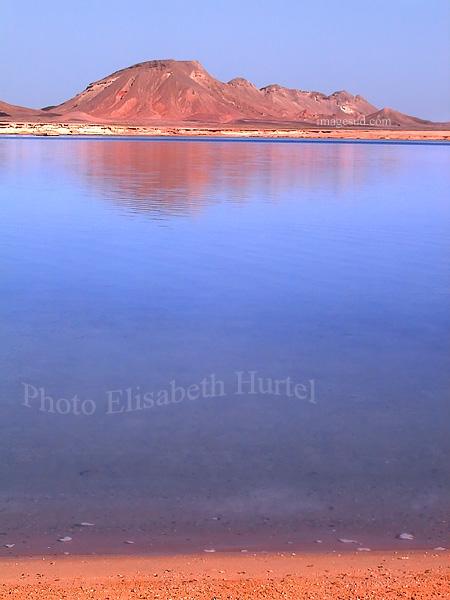 Paysage marin : lagon, plage au bord du désert en Mer Rouge