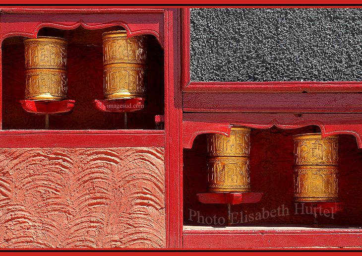 Photo déco : moulins à prière dans un temple bouddhiste de l'Himalaya