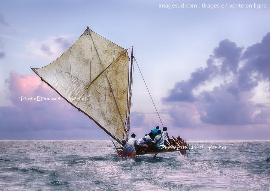 pirogue double sous voile en Polynésie, lagon de Wallis; Tirage XXL pour déco d'intérieur