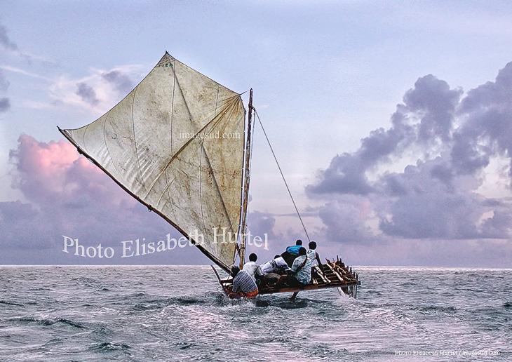 Pirogue à voile sur le lagon, Océanie