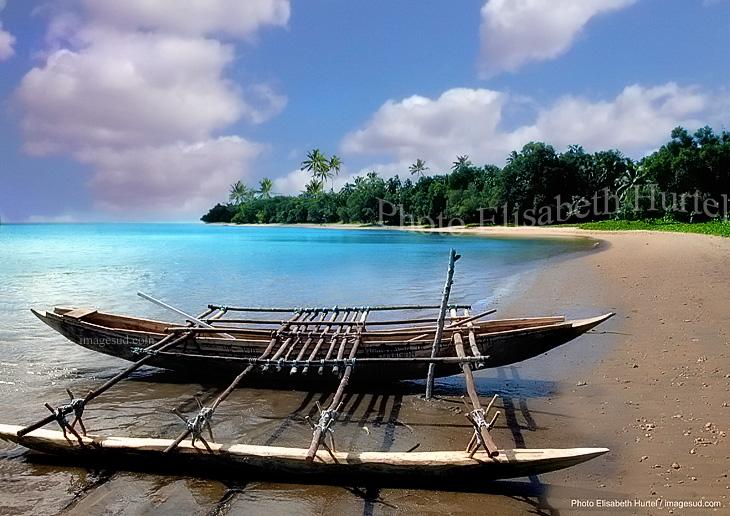 Paysage d'art : Pirogue à balancier et plage tropicale au bord d'un lagon