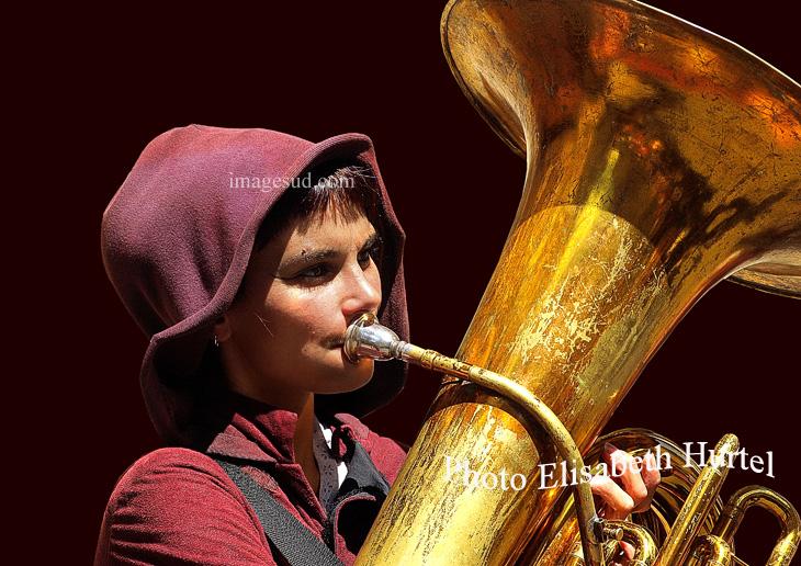 Femme musicienne jouant du tuba, photo décorative
