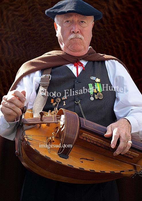 Musique folklorique : joueur de vielle à roue