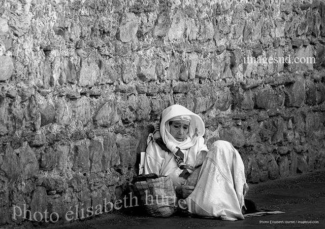 Photographie d'art en noir et blanc : Aus portes du palais