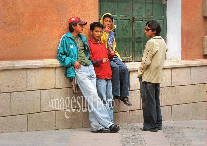 Groupe d'ados à la mode vestimentaire occidentale, scène de rue à Potosi, Bolivie