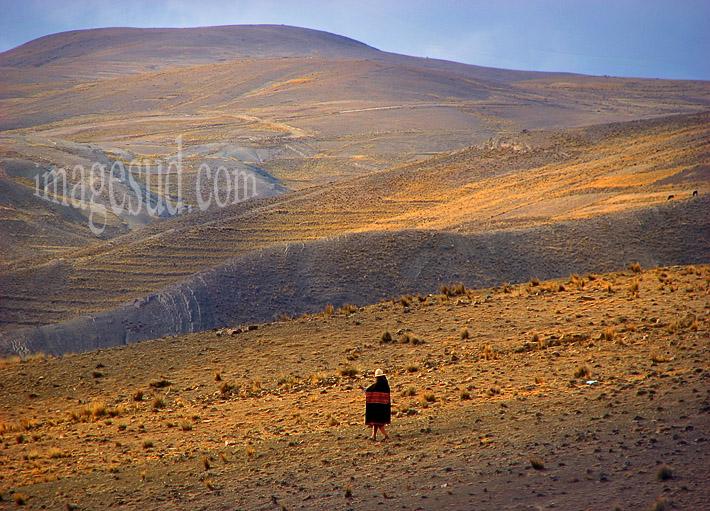 Silhouette de femme dans l'immensité désertique de l'altiplano des Andes en Bolivie
