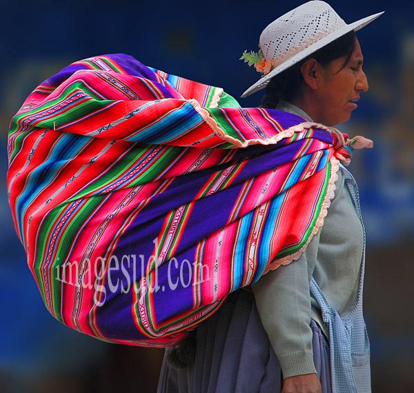 Portage traditionnel : Cholita avec l'awayo sur le dos, indiens des Andes, Bolivie, Amérique du sud