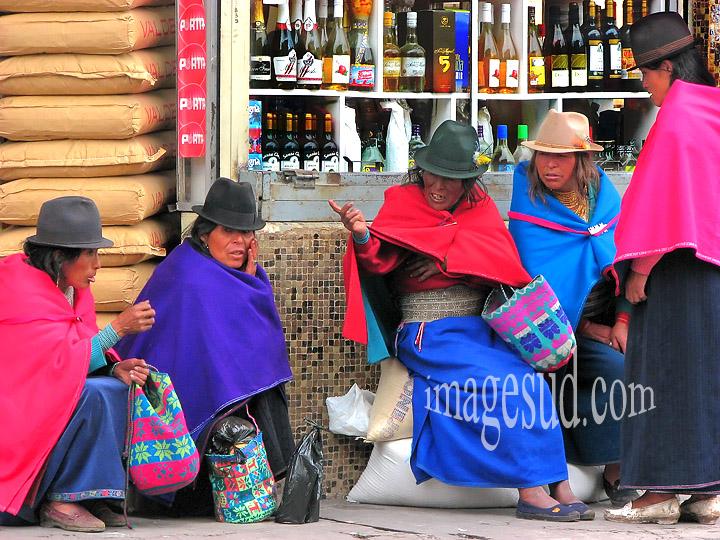 Scène de rue en Equateur, femmes en costume traditionnel, peuple Puruha, Riobamba