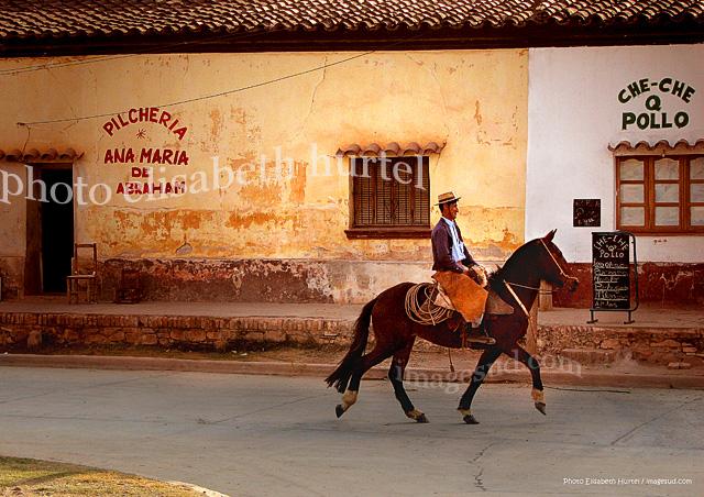 Gaucho dans la rue d'un village des Andes d'Argentine, Amérique du Sud