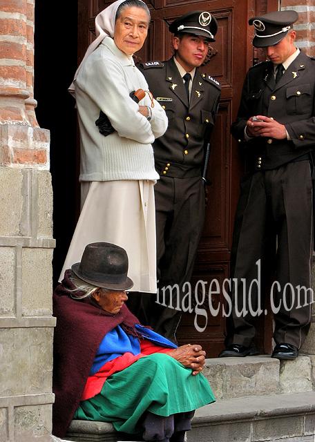 L'armée, l'église et l'indigène, scène de rue dans les Andes, Amérique du sud
