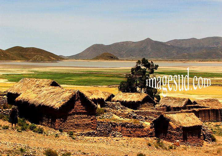 Paysage de Bolivie : village au bord du lac Popoo, altiplano des Andes