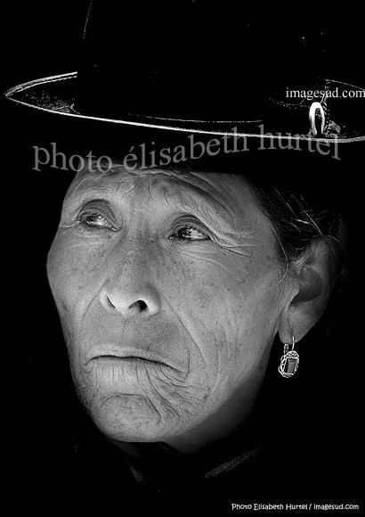 Portrait de cholita avec son chapeau melon, photo noir et blanc, Bolivie